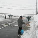 雪ぼんぼり制作の様子